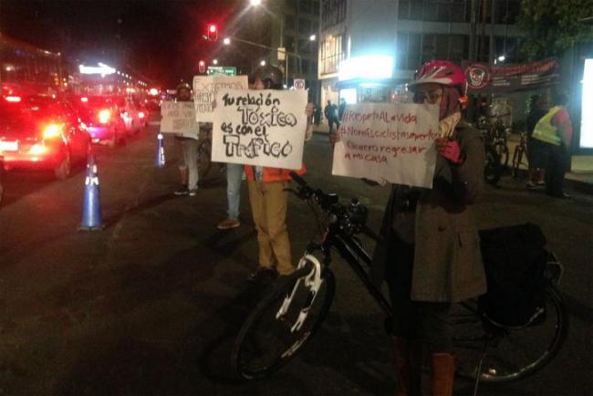 抗议者呼吁公司和社会关注外卖人员的交通安全(图片来源:The Verge)