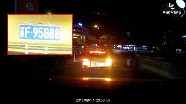 拍照模式:夜晚车速较慢时拍摄到的前方车辆车牌