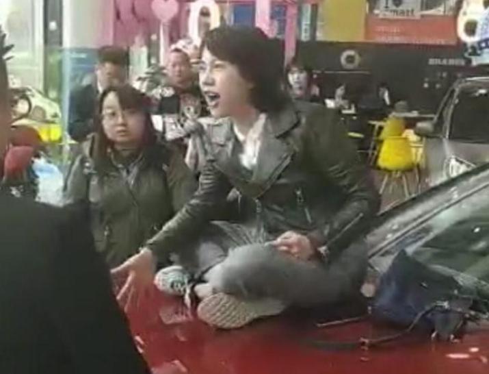女研究生在奔驰4S店哭诉维权