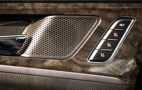 门板上与周围PU材质相得益彰的仿木材质(画面中心是音响的高音单元和座椅位置记忆按键)