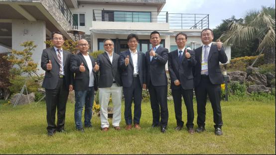 知豆电动汽车副总裁闫优胜 (左五)与韩国Semisysco公司董事长李淳钟(左四)及知豆汽车海外销售总负责人 郑松发(左三)