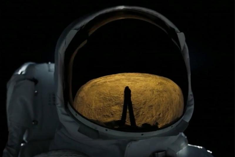 截图来自电影《登月第一人》