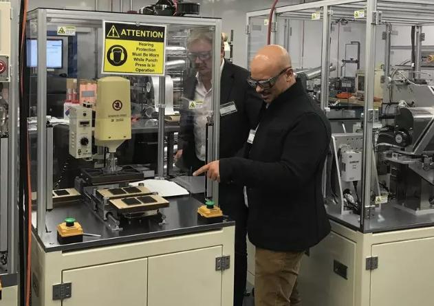 菲斯科和公司首席科学家法比奥·阿尔巴诺博士,前排,在洛杉矶的菲斯科固态技术实验室检查设备(图片来源:Fisker)