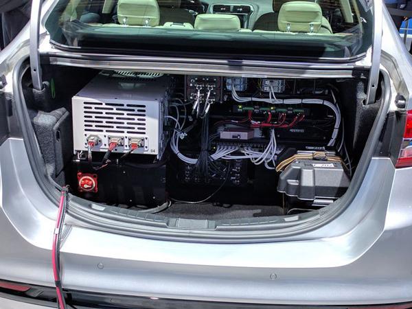 一辆福特Fusion自动驾驶原型车后备箱中的计算机组件