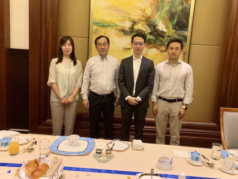 吴震皓(右二)与SAE-China常务副理事长兼秘书长张进华(左二)交流