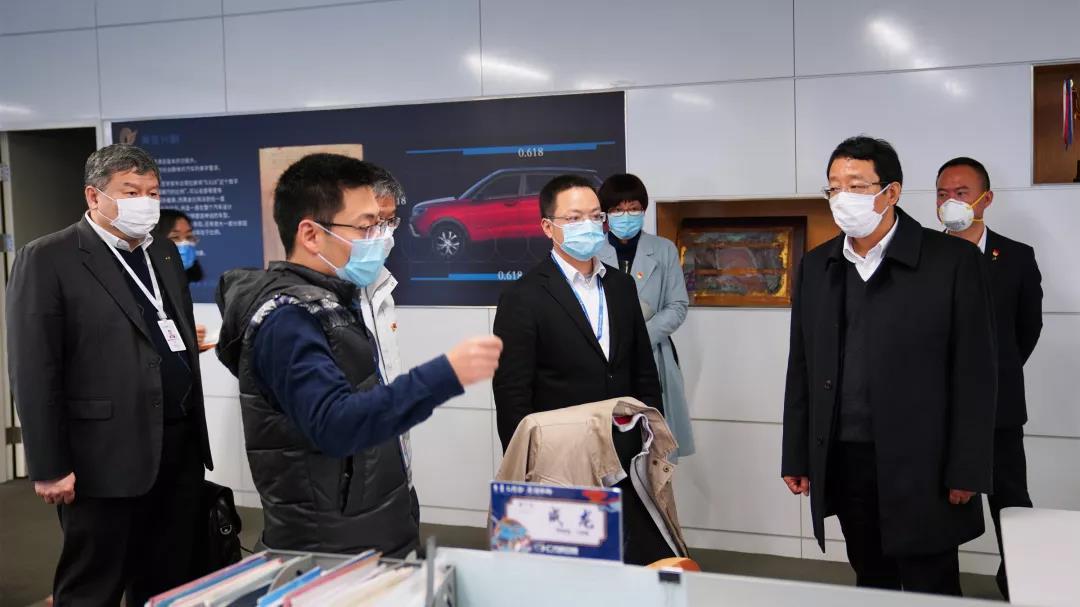 冯兴亚、刘伟等一行在员工办公区域调研现场复工情况