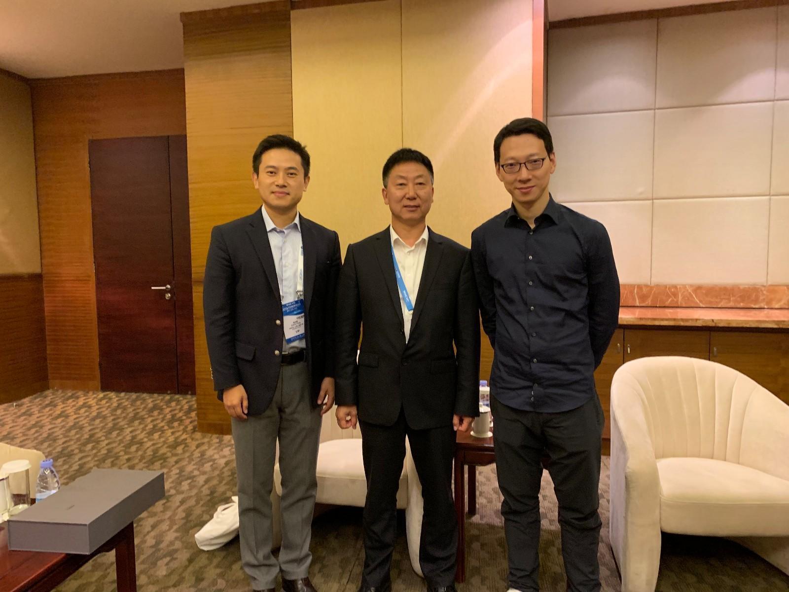 吴震皓(右)与CAAM常务副会长兼秘书长付炳峰(中)交流