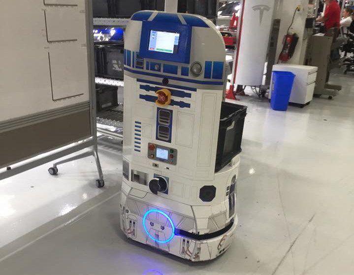 其中一台自动驾驶智能车(AIV)被改造成《星球大战》里的 R2-D2 造型