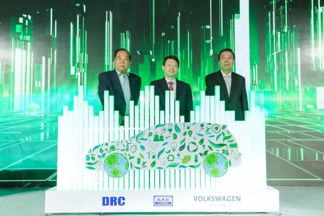 付于武、隆国强、张绥新(从左至右)为2018中国汽车产业蓝皮书发布揭幕