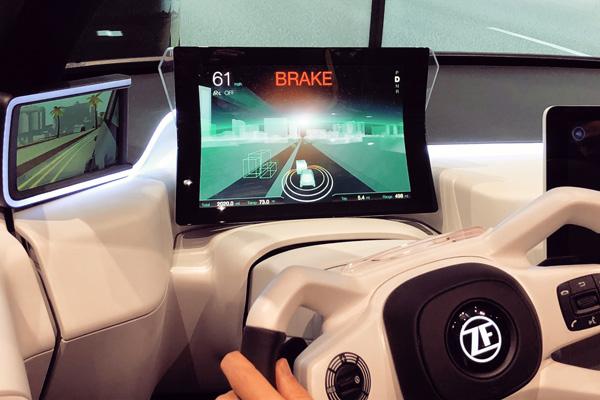 采埃孚的仪表盘上显示自动驾驶信息