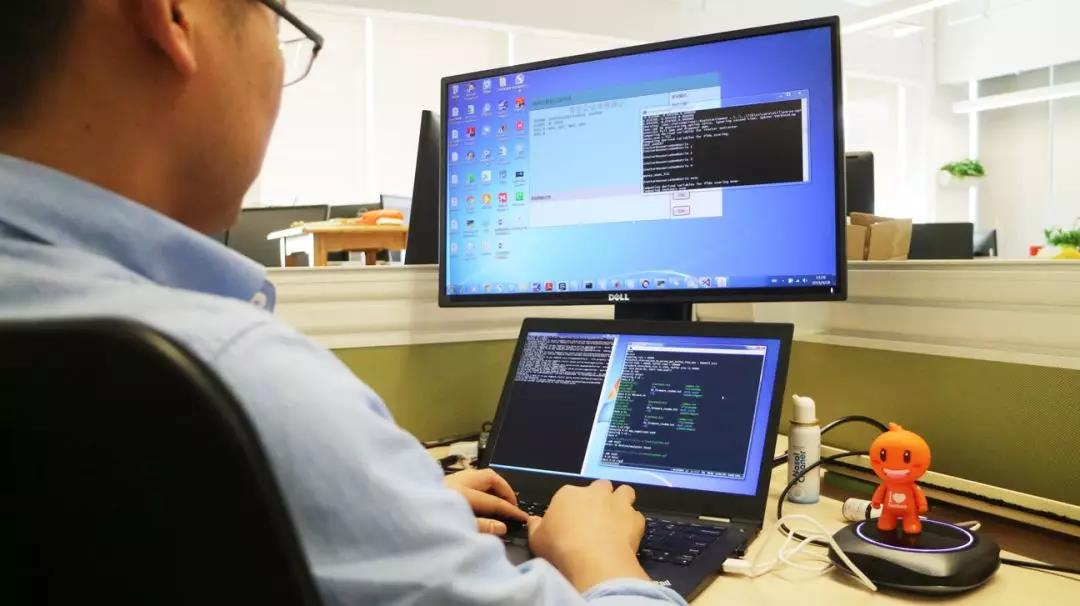 阿里巴巴工程师正在调试AI语音识别系统