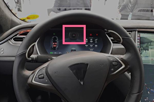 方向盘后方安装的摄像头用于实时监控驾驶员是否集中注意力