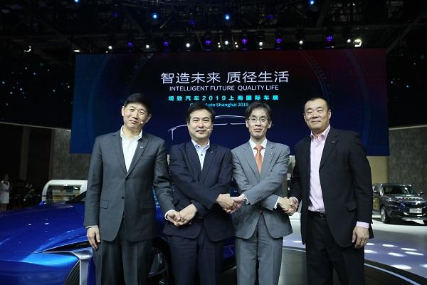观致汽车总裁 矢岛和男先生(左2),观致汽车首席运营官 长原巨树先生(左3)  观致汽车高级副总裁兼首席技术官、研究院院长 柏争先先生(左1),观致汽车副总裁 刘强先生(左4)