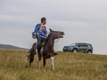 为什么要开一辆路虎而不是骑马驰骋草原?