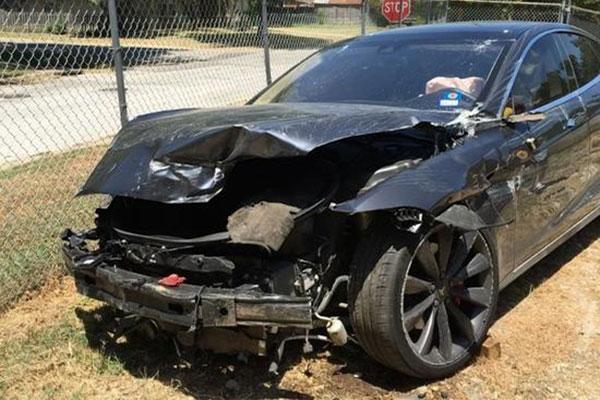 8月19日出事故的Model S