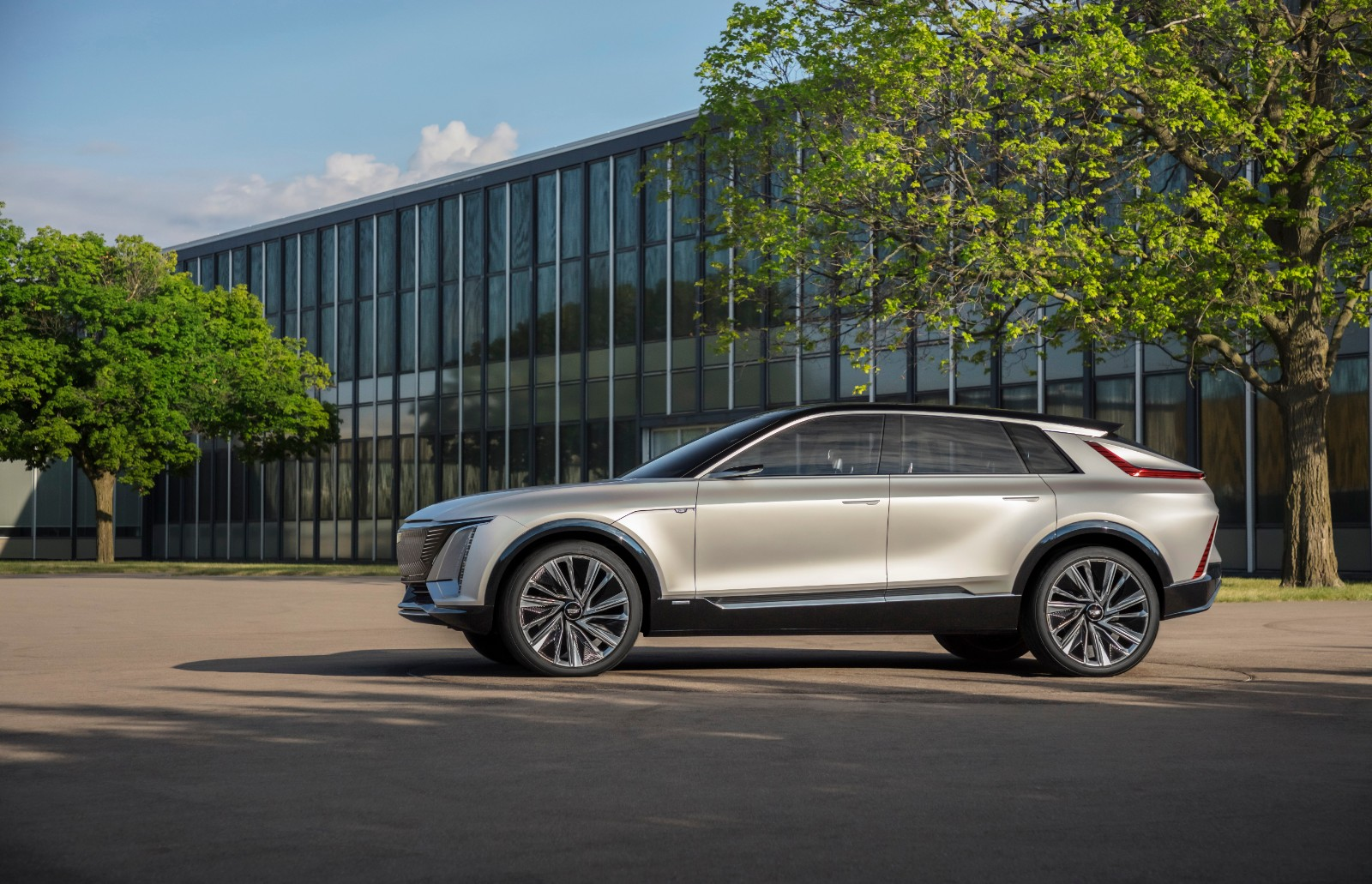 基于通用汽车第三代全球电动车平台打造的凯迪拉克LYRIQ纯电动SUV