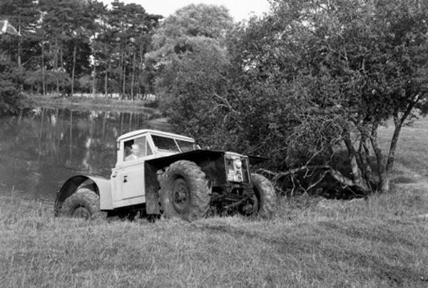 路虎卫士最初的定位是一辆集轻型拖拉机和越野车功能的多动能汽车