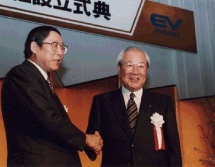 丰田时任社长奥田硕(左)与松下电器时任社长森下洋一(右)