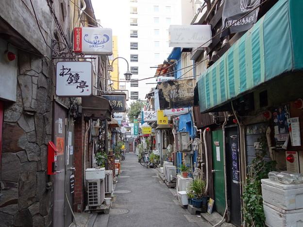 东京新宿一条不可描述的街道(图片来自网络)