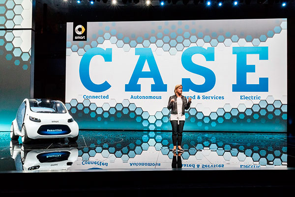 05-戴姆勒股份公司董事会成员、销售与市场营销执行副总裁贝思格女士介绍smart-vision-EQ-fortwo概念车.jpg