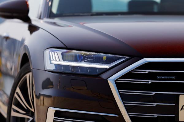 全新奥迪A8L配备的激光灯可在车速70 km/h以上与高清矩阵式LED远光灯配合使用