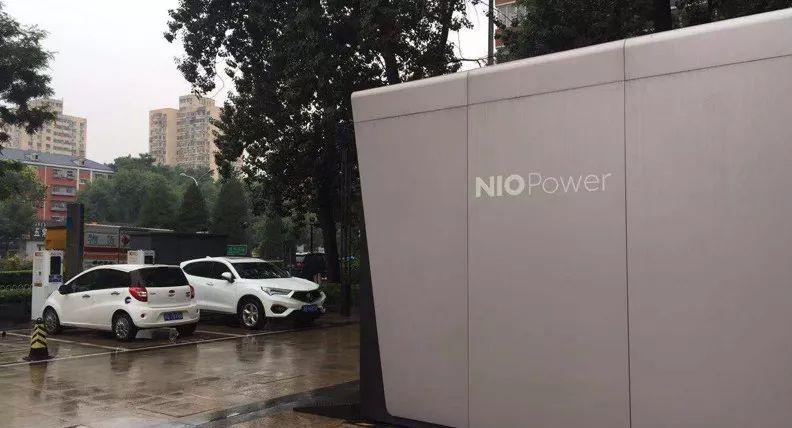 左侧的江淮汽车即蔚来的换电服务车