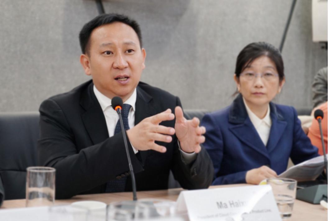 华为云核心网产品线总裁马海旭(左)