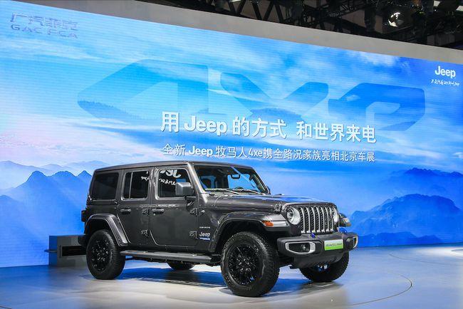 """北京车展上,Jeep品牌在展台屏幕上打出""""用Jeep的方式,和世界来电""""的字样"""