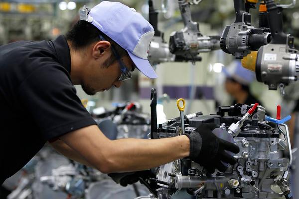 雷克萨斯九州工厂的一位员工正在为雷克萨斯NX车型安装8AR-FTS涡轮发动机