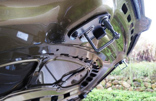 柯迪亚克的引擎盖接纳了双锁构造,这是越野车上比拟罕见的设计
