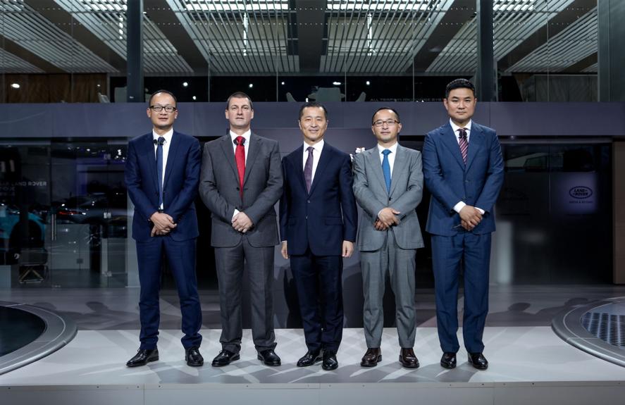 捷豹路虎核心团队,捷豹路虎联合市场销售与服务机构市场执行副总裁 胡波(右一)