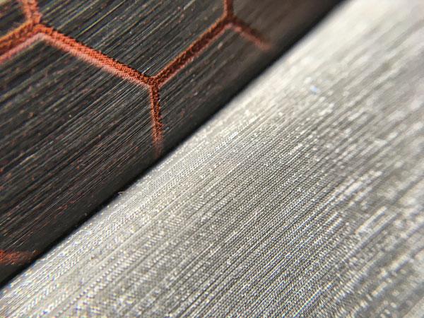 车门上丝绸质感面料和能量方块拼接的地方