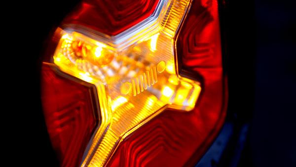 尾灯内部X形的设计,设计灵感来自于当年Jeep威利斯外挂的油箱