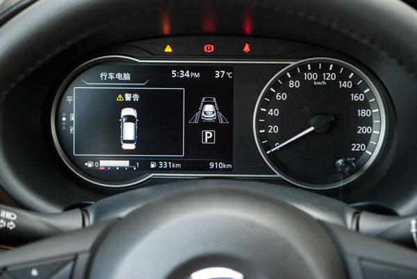 车云菌实测的劲客是高配置车型,仪表盘中央可以显示出车道线保持辅助功能