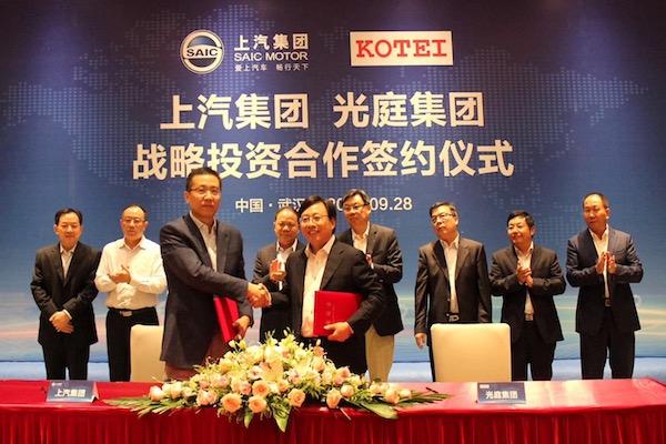 上汽集团总工程师程惊雷(左)与光庭集团董事长朱敦尧先生(右)