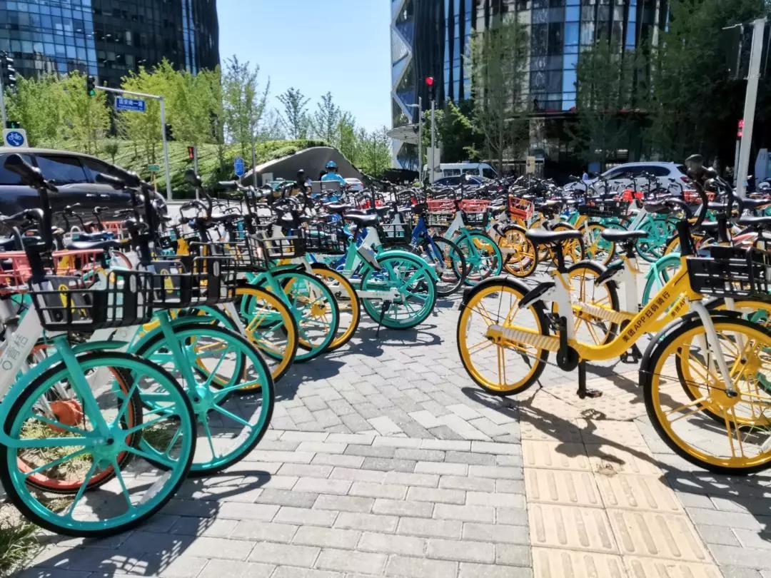 北京朝阳区保利国际广场停放的共享单车