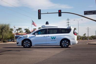 Waymo将重新为无人驾驶汽车配备安全驾驶员
