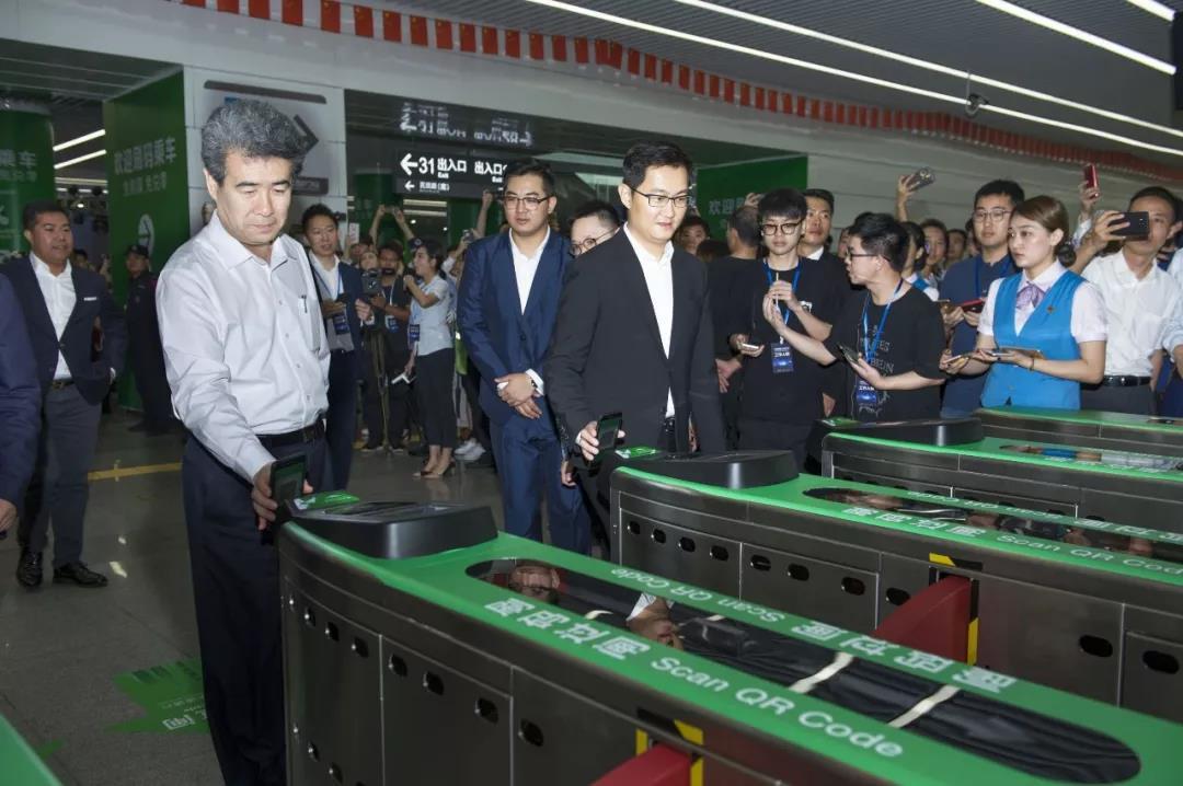 今年5月8日,马化腾亲自演示微信支付支持的深圳地铁APP扫码过闸功能