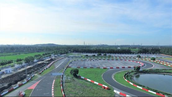 测试中选择了专业赛车场地进行剧烈加减速和特殊工况测试