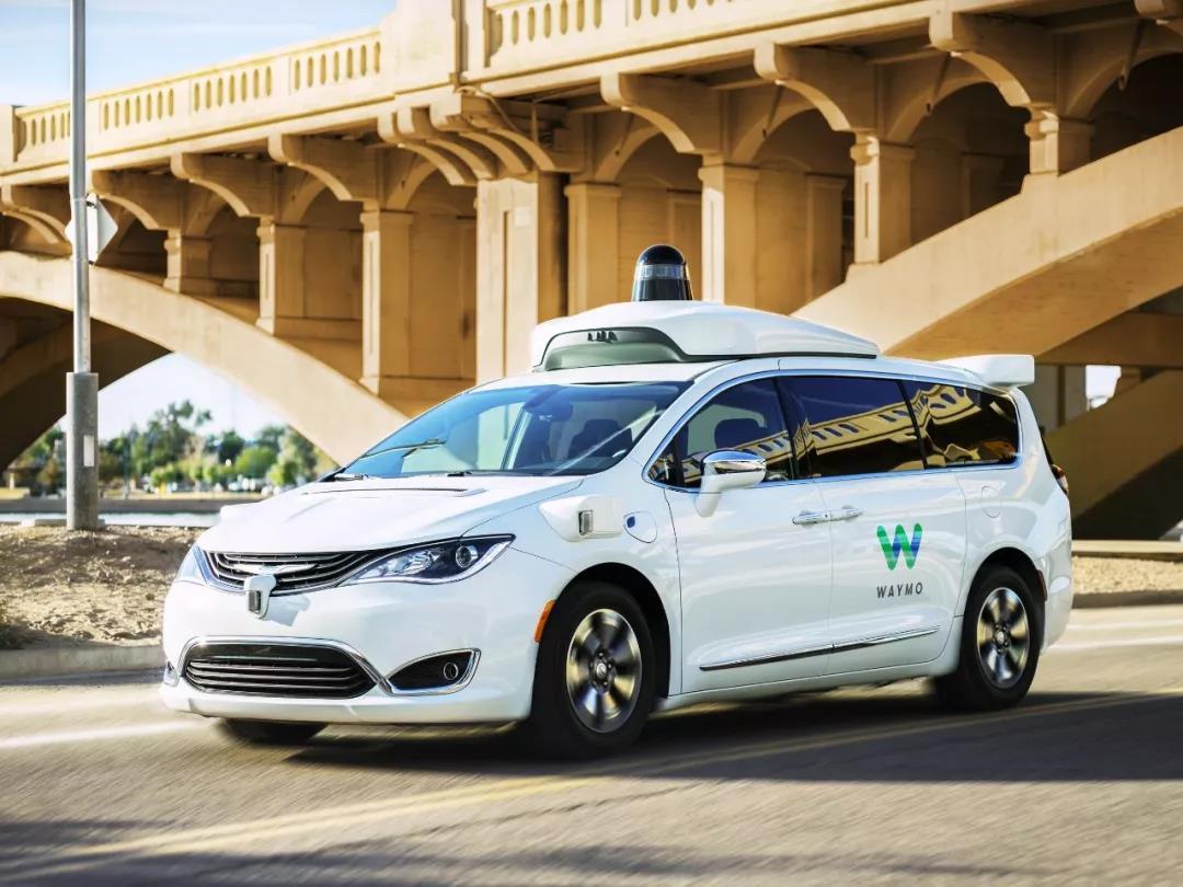Waymo在试运营的自动驾驶出租车,目前还需要驾驶员坐在驾驶位上,但离Robotaxi已经不太远