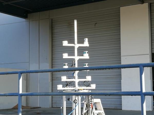 Velodyne工厂外组装完毕最终测试中的激光雷达