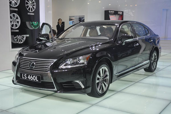 第四代雷克萨斯LS从2006年诞生,并在2012年换上了全新的家族化特征的设计,图为改款后的第四代LS460L