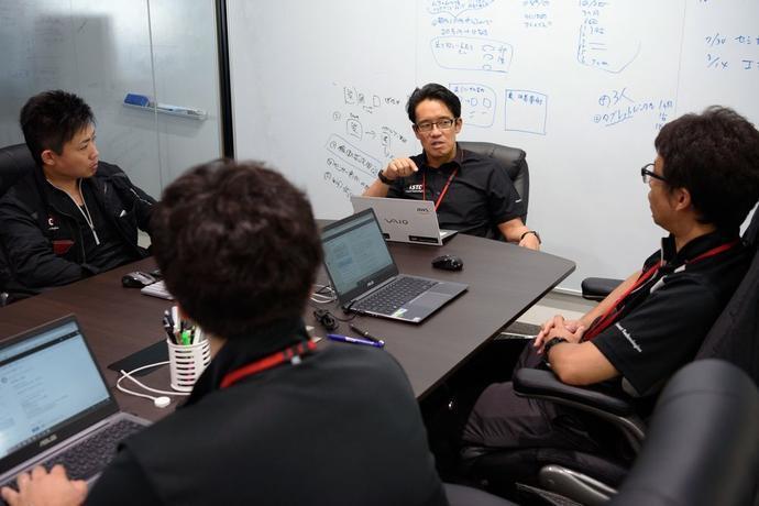 Tetsuya Kimura (中间)与其咨询公司iSmart Technologies 的员工开会