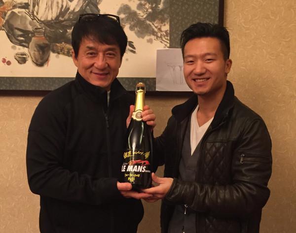 2015年11月,程飞在亚洲勒芒夺冠,如约带着庆功香槟到辽宁铁岭探班,成龙表示来年6月一定去法国为车队的勒芒24小时耐力赛助威。