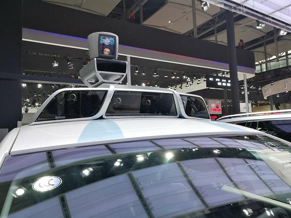 车顶有64线激光雷达和四个摄像头