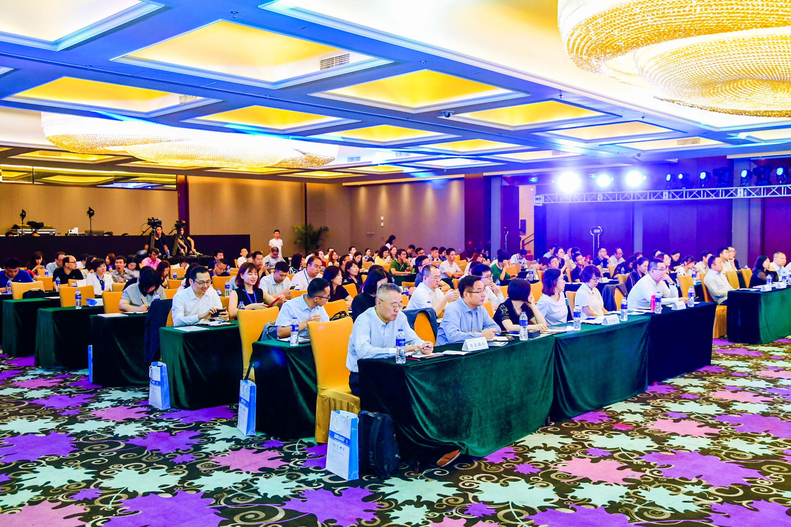"""在颁奖典礼同期,以""""新消费·新智联""""为主题的""""2018中国汽车CRM产业峰会""""也如期举行"""