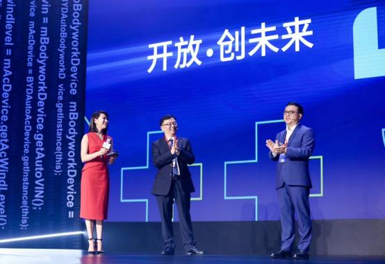 百度总裁张亚勤博士(右一)和比亚迪有限公司董事长兼总裁王传福(中)在比亚迪全球开发者大会上展开对话