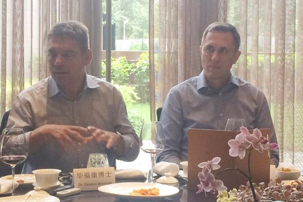 2016年12月28,毕福康(左)和戴雷(右)第一次以新身份接受车云采访
