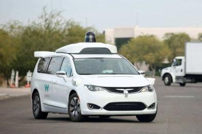 美國試乘谷歌無人出租:前排沒司機,還會躲鴿子
