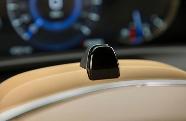 方向盘上安装有摄像头用于监控驾驶员注意力是否集中在路面上